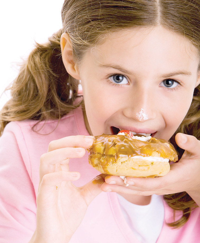 ילדה אוכלת מתוקים, אילוסטרציה. צילום: אינגאימג'