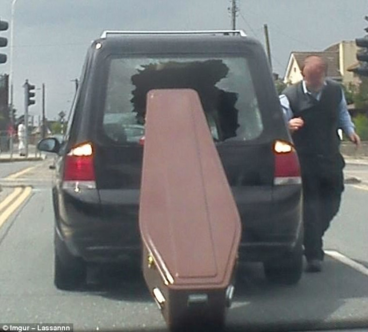 קבורה בכביש. צילום מסך