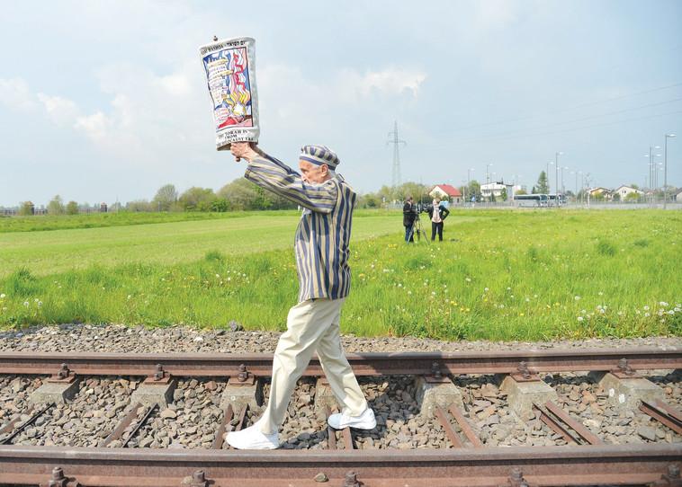 ניצול שואה צועד לאושוויץ. צילום: יוסי זליגר, פלאש 90