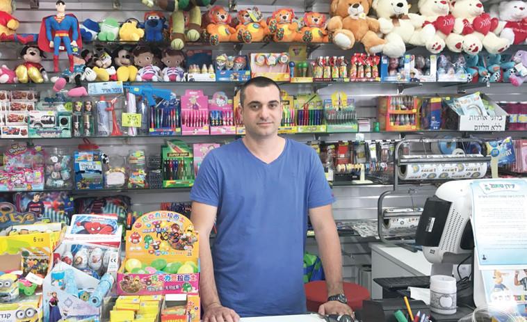 """ירון מיטרני בחנות. צילום: יח""""צ"""