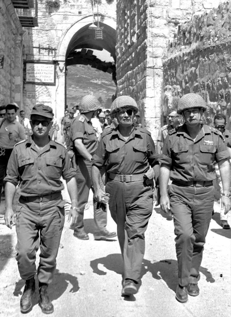 """עם יצחק רבין ועוזי נרקיס בשער האריות. כשהחליף את גולדה, רבין לא כלל את דיין בממשלתו. צילום: אילן ברונר, לע""""מ"""