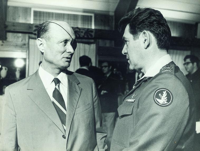 """עם דוד אלעזר. דיין התנגד למינויו לרמטכ""""ל. צילום: אבי שמחוני, במחנה"""