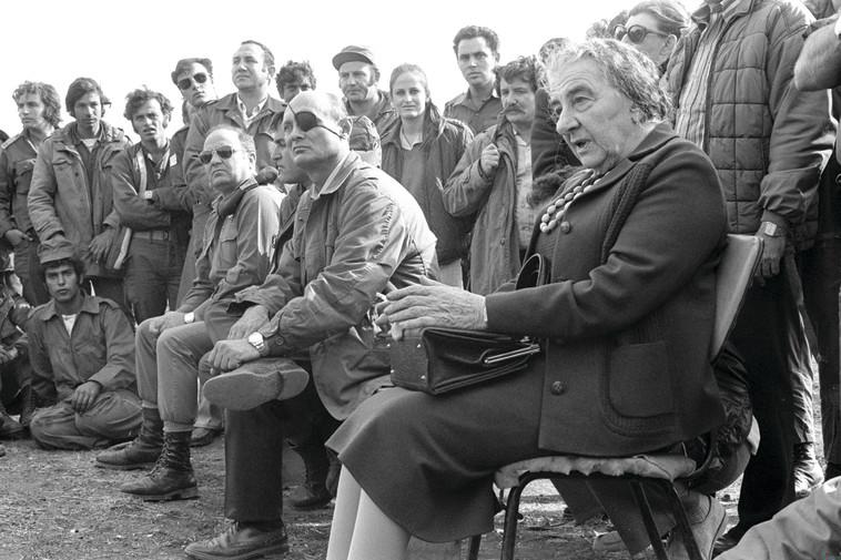 """משה דיין עם גולדה מאיר וחיילים. צילום: רון פרנקל, לע""""מ"""