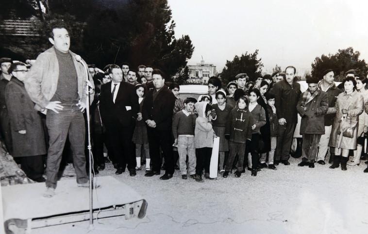 ברק, היחיד שהשתווה לנחמיה כהן עם מספר העיטורים מספיד את שותפו לדרך. צילום: אריאל בשור, רפרודוקציה