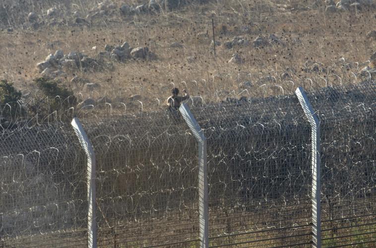 מורד סורי על גבול גדר המערכת בגולן. צילום: רויטרס