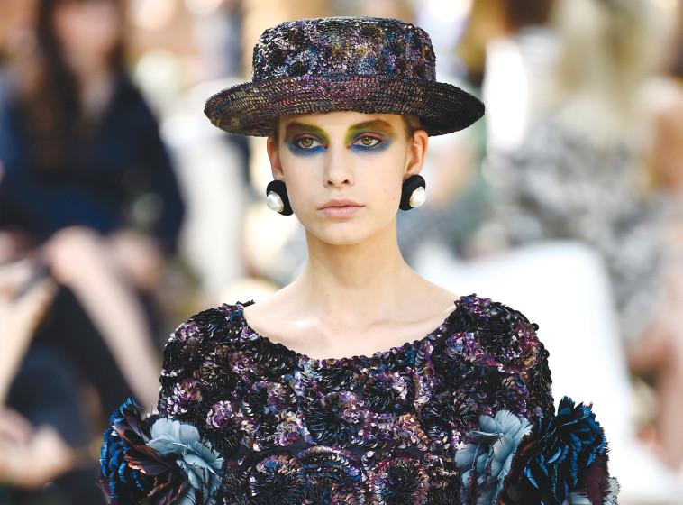 """""""אחד התנאים להשתייך לחבורה הנחשקת היא ללבוש זרי פרחים"""". תצוגה של שאנל בפריז. צילום: גטי אימג'"""