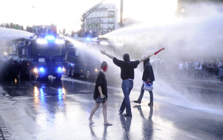 כוחות הביטחון מפזרים את המפגינים. במשטרה אמרו שעוצמת האלימות לא מפתיעה. צילום: AFP