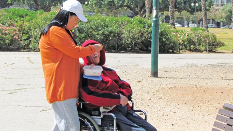 """הפיליפינית מתחננת """"תאכלי אמא"""" לקשישה הסרבנית. צילום: נתן זהבי"""