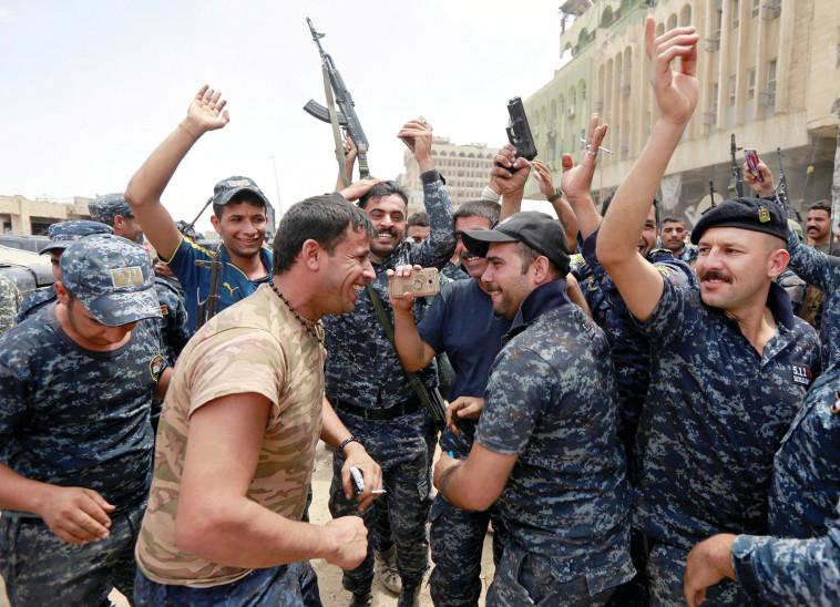 חיילי צבא עיראק חוגגים את הניצחון במוסול. צילום: רויטרס