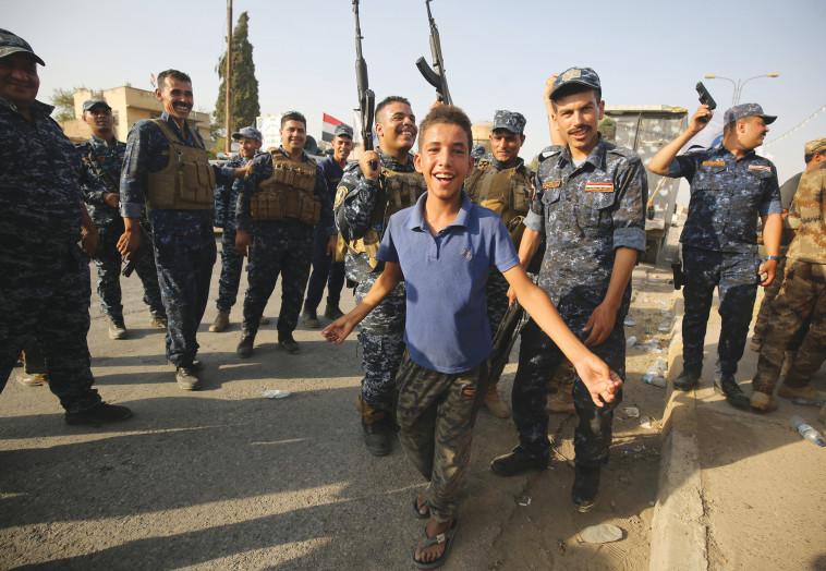 תושבים חוגגים את שחרור העיר מוסול. צילום: AFP