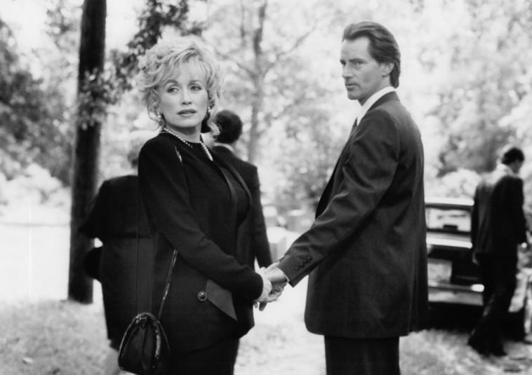צילום: IMDB Dolly Parton and Sam Shepard in Steel Magnolias (1989)