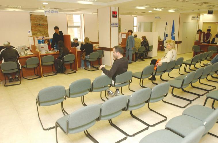 אנשים בסניף של ביטוח לאומי . צילום: פלאש 90