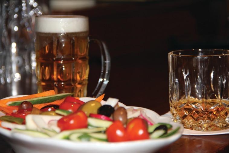 דוריאן גריי לאגר, פלטת ירקות ובושמילס בלאק בוש. צילום: הדי ולדמן