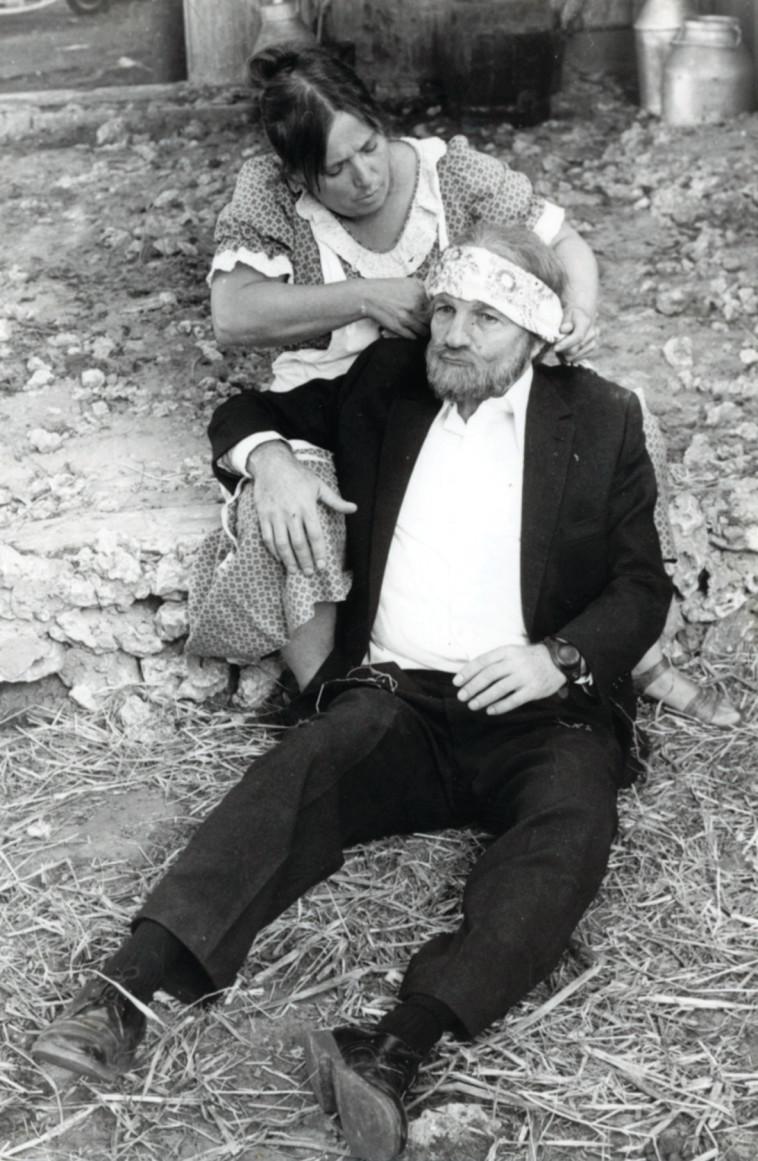 """שייקה אופיר בהשועל בלול התרנגולות. צילום: יח""""צ"""