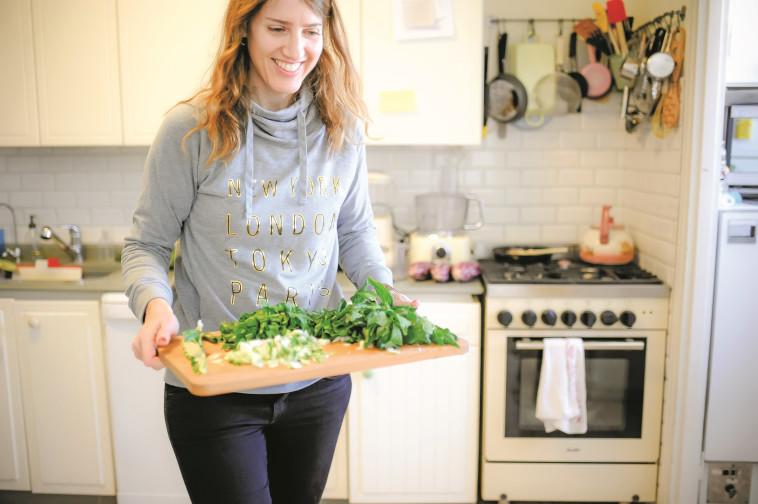 """""""אם יש לי יום רגוע, אני חותכת פלטת ירקות גדולה"""". צילום: איילת לנדאו"""