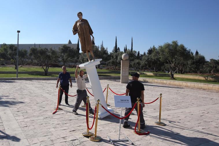 """""""יש לנו אינסוף גימיקים"""": פסל מרים נאור, צילום: מרק ישראל סלם"""