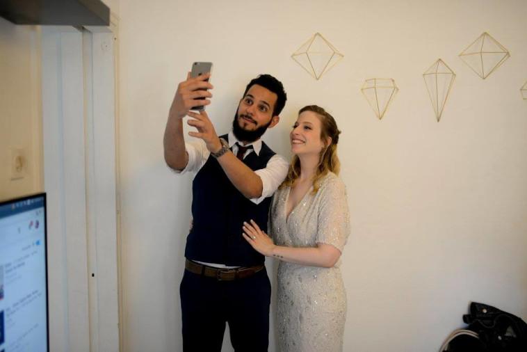 """""""שליש מירח הדבש נהרס"""". מיקה רונן ואלעד יצחקיאן ביום חתונתם. צילום: יעל אמיר"""