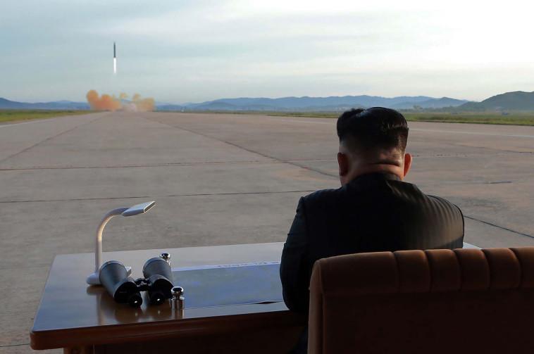 """""""רוקט מן' במסלול התאבדות"""". קים ג'ונג און צופה בניסוי טילים, צילום: AFP"""