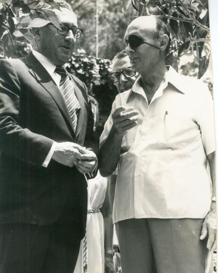 משה דיין עם הנרי קיסינג'ר. צילום: שעיה סגל