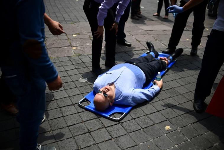 פצוע ברעידת האדמה במקסיקו. צילום: AFP