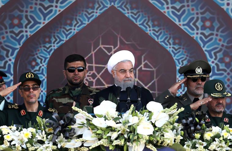 שיא איראן חסן רוחאני במצעד צבאי. צילום: רויטרס