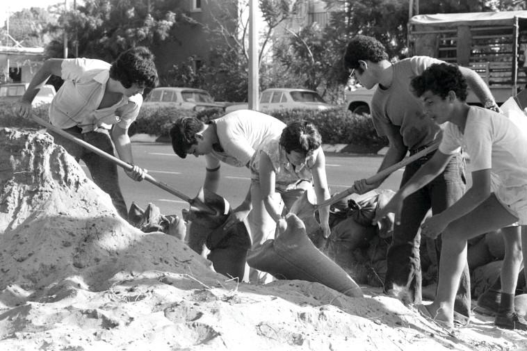 ילדים ממלאים שקי חול ברמת גן. צילום: חנניה הרמן