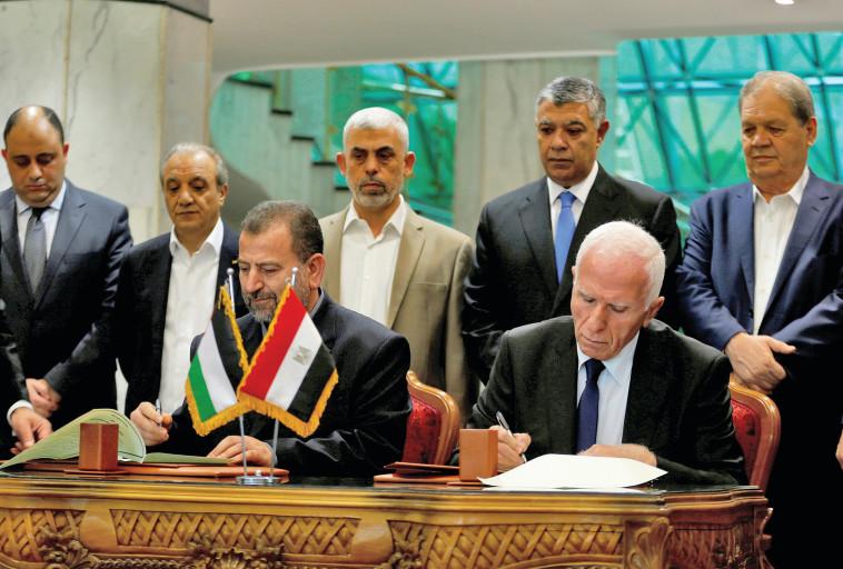החתימה על הסכם הפיוס הפלסטיני. צילום: רויטרס