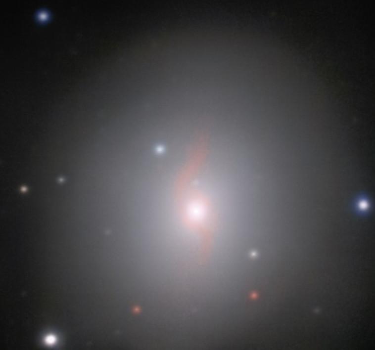 גלקסיית NGC 4993 המרוחקת 130 מיליון שנות אור מכדור הארץ. צילום: ESO/J.D. Lyman, A.J. Levan, N.R. Tanvir