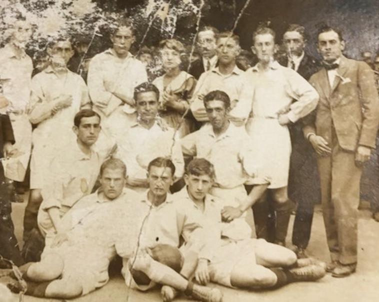 """האב מרדכי בלאנק ז""""ל (יושב, מימין) עם קבוצת הכדורגל שלו. צילום: אלבום משפחתי"""