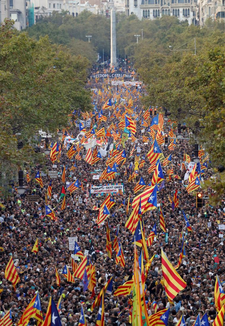 מפגינים צועדים בברצלונה. צילום: רויטרס