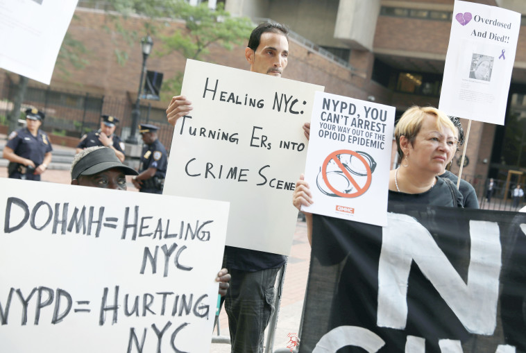 מפגינים בניו יורק נגד הטיפול בתופעה. צילום: רויטרס