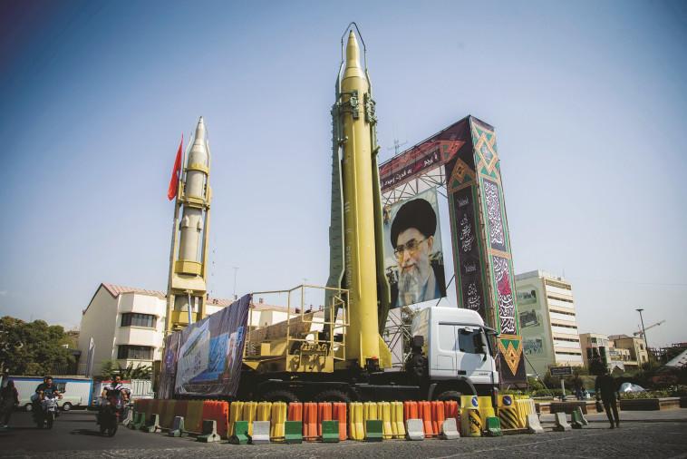 טילים איראניים על רקע תמונתו של חמינאי. צילום: רויטרס