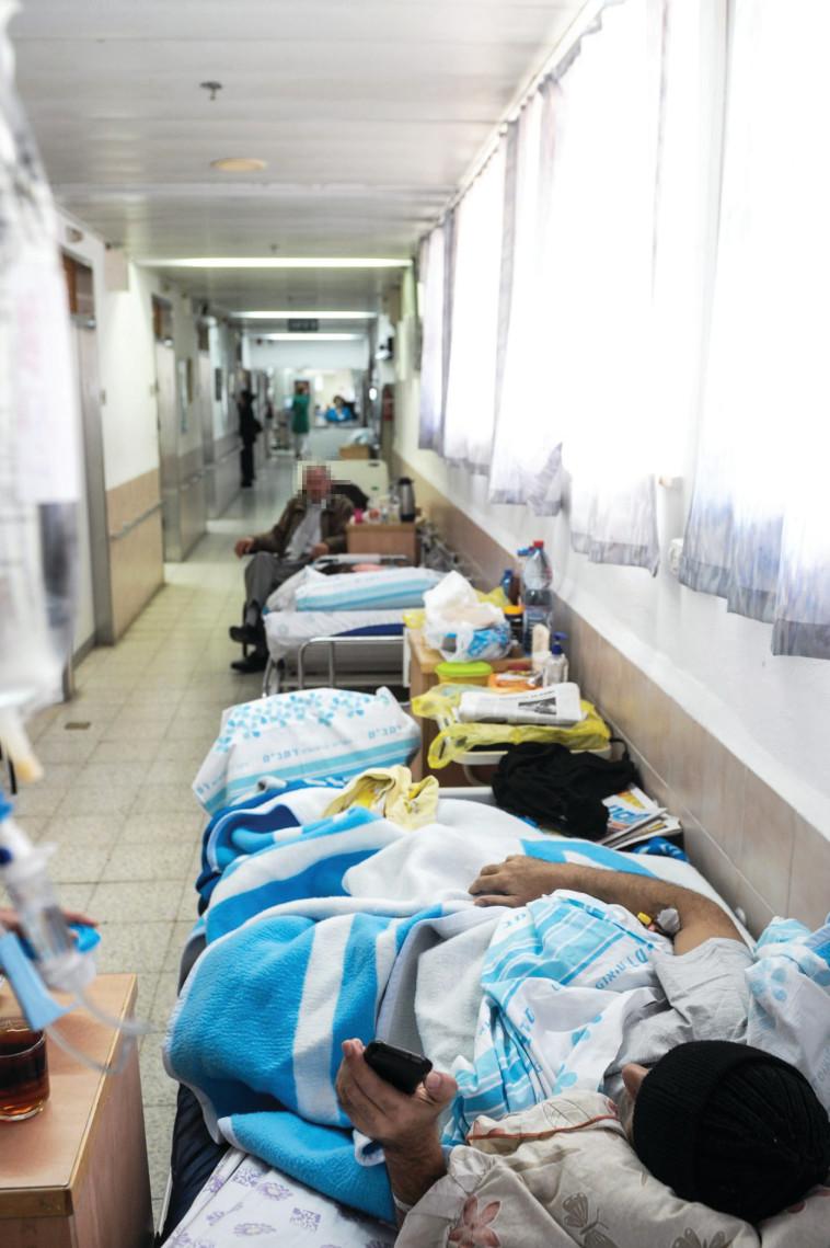 """""""הסיפור קשור לפערים הגדלים בישראל"""". חולים במסדרון, צילום אילוסטרציה: מורן מעיין"""
