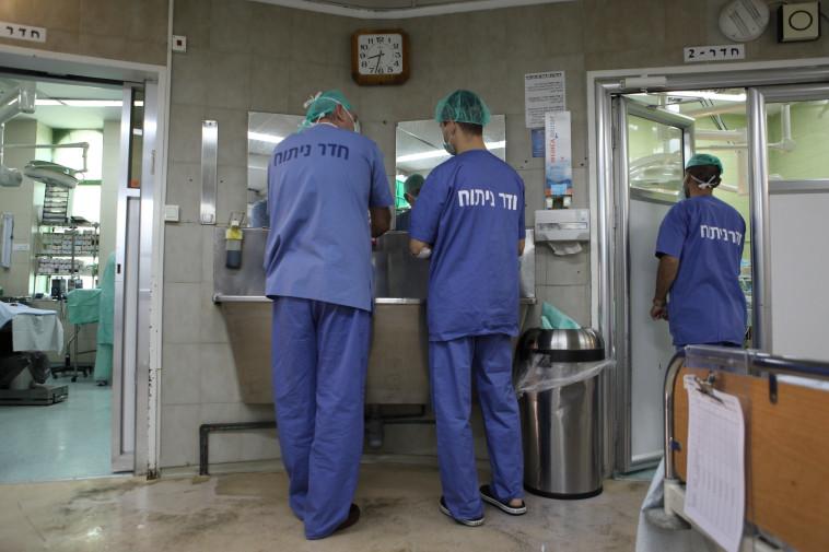 זמן ההמתנה לרופא מומחה בשוודיה - 90 יום. רופאים בחדר ניתוח, צילום אילוסטרציה: פלאש 90