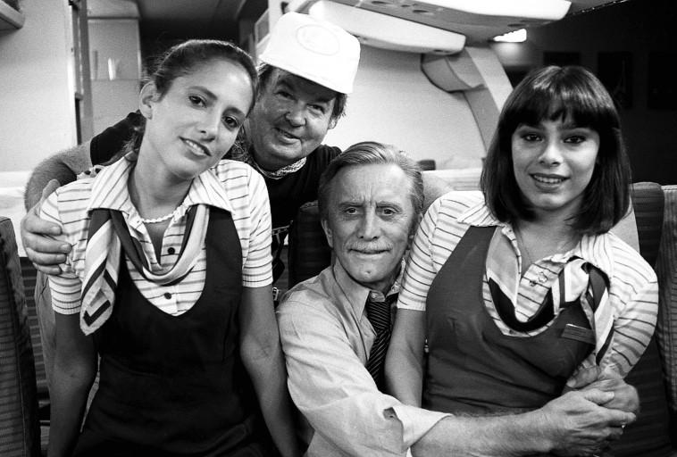 """קירק דאגלס (במרכז) ב""""זיכרונות אהבה"""". יוני המנחם"""