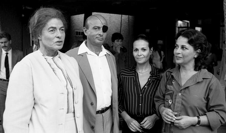 """אינגריד ברגמן (ראשונה משמאל) ב""""גולדה"""". צלם : יוני המנחם"""