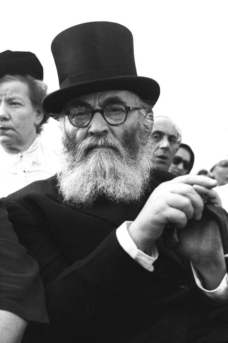 """דן בשאלת הר הבית. הרב אייזיק הלוי הרצוג, צילום: הנס פין, לע""""מ"""