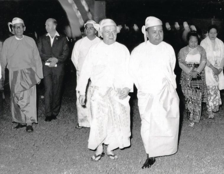יצחק נבון וראש ממשלת בורמה או־נו בלבוש מסורתי. אוסף בית בן־גוריון, תל אביב, U Thit