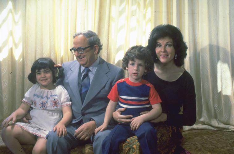 """יצחק נבון ומשפחתו. צלם : יעקב סער, לע""""מ"""