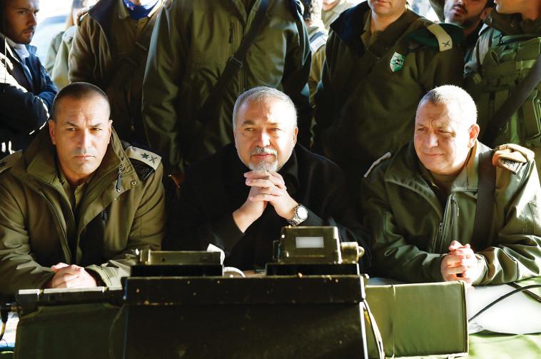 """שר הביטחון והרמטכ""""ל. """"תקיפה מקצועית ומדויקת"""". צילום: אריאל חרמוני, משרד הביטחון"""