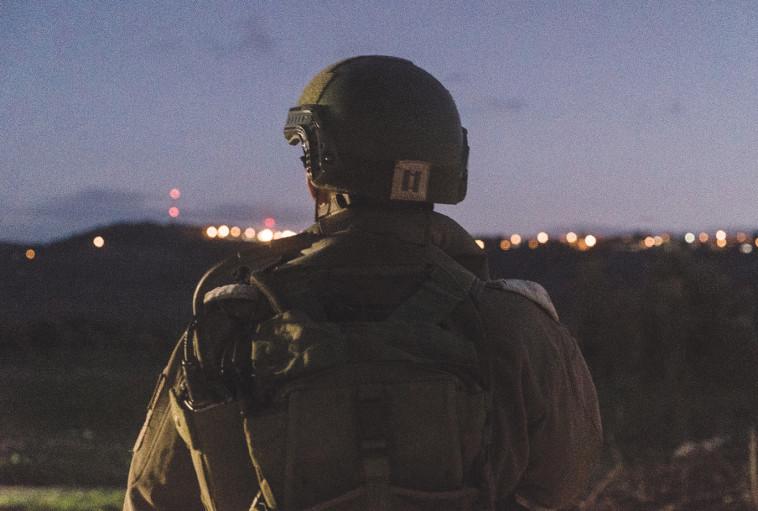"""חייל צה""""ל בחיפוש אחר המחבל. צילום: דובר צה""""ל"""