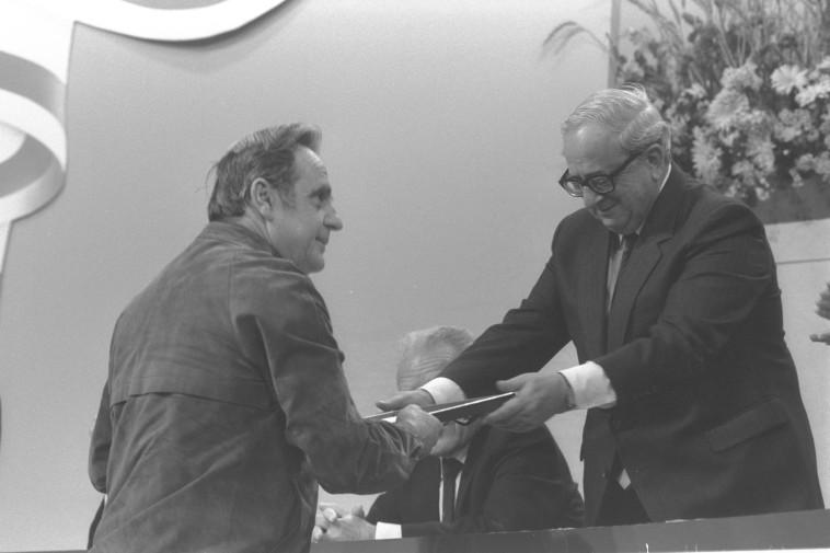 """חיים גורי מקבל את פרס ישראל ב-1988. צילום: יעקב סער, לע""""מ"""