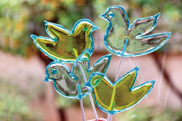 סוכריות מעוצבות בצורת יונים. צילום: פסקל פרץ-רובין