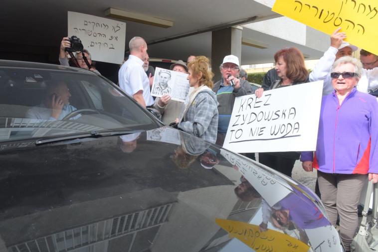 """ניצולי שואה מפגינים מול שגרירות פולין בת""""א. צילום: אבשלום ששוני"""