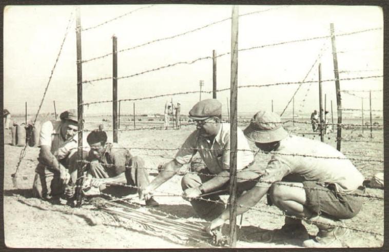 """""""הם לא שאלו שאלות"""". הקמת הגדר בכפר דרום ביום העלייה על הקרקע, 1946. צילום: מעזבונו של רפי רתם ז''ל מלוחמי כפר דרום בתש''ח"""