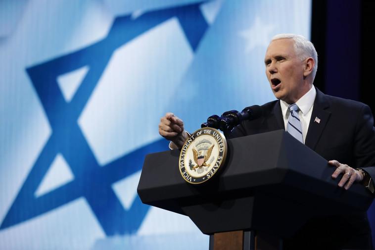מפעיל לחץ. מייק פנס, צילום: AFP