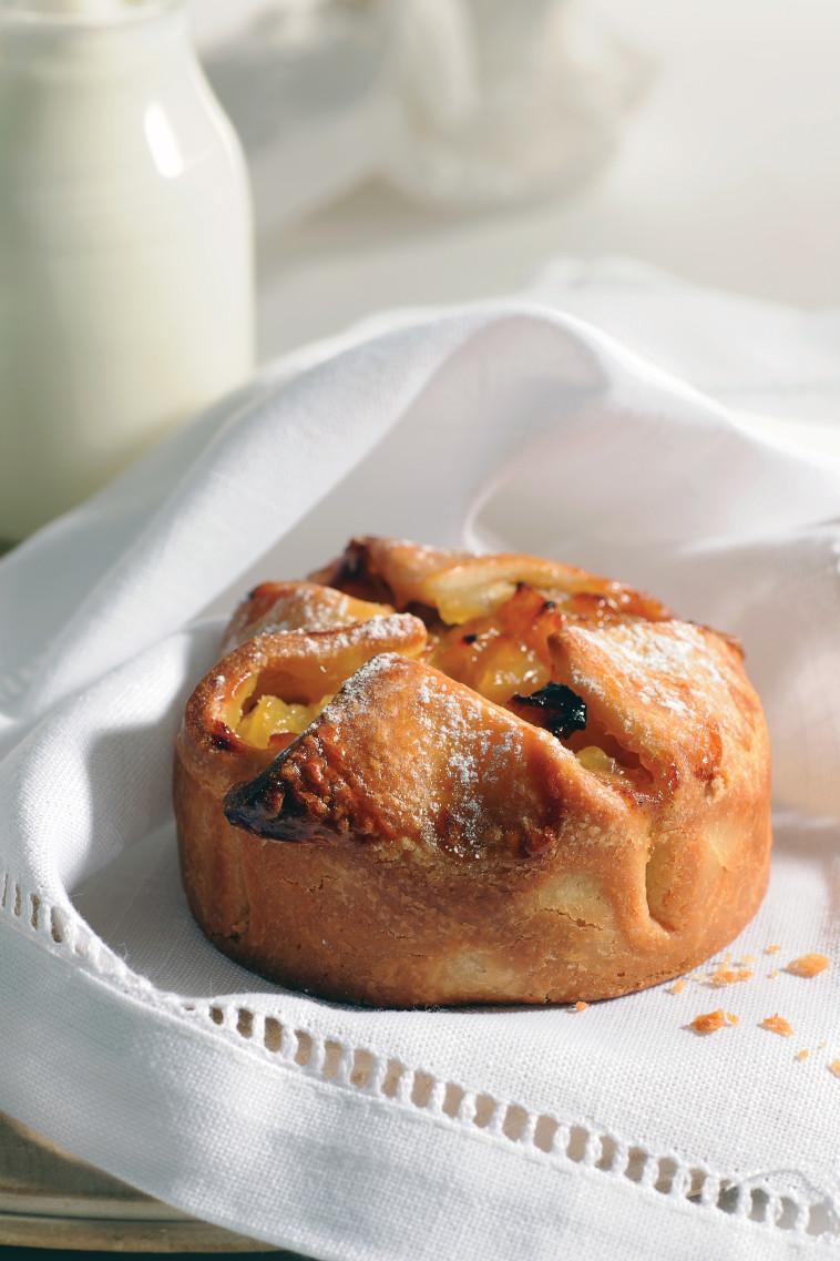 מאפה בריוש תפוחי עץ. צילום: חגית גורן, סטיילינג: בלה רודניק