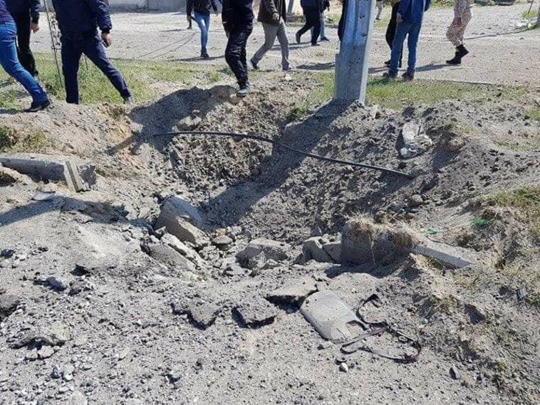 מכתש שנגרם מהמטען שהופעל לעבר חמדאללה. צילום: התקשורת הערבית