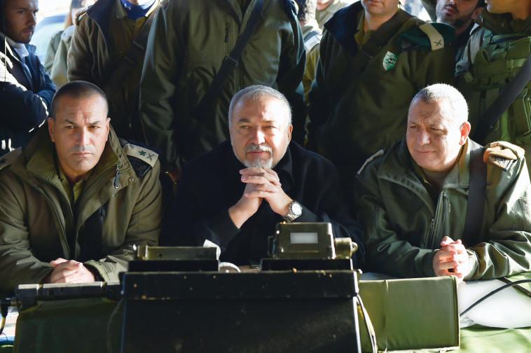 """שר הביטחון ליברמן והרמטכ""""ל אייזנקוט. צילום: אריאל חרמוני"""