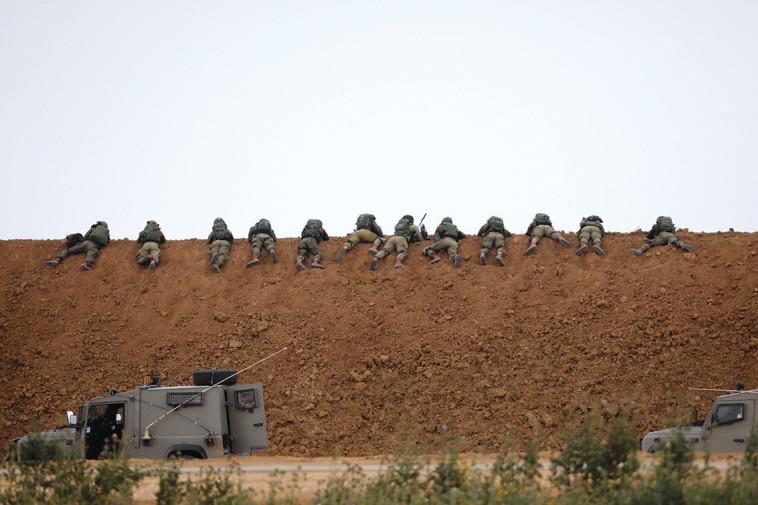 """חיילי צה""""ל ברצועה. מספר ההרוגים הגבוה משרת את חמאס. צילום: רויטרס"""